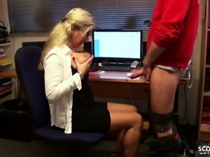 Desperate Housewife seduce young repairman to Fuck her